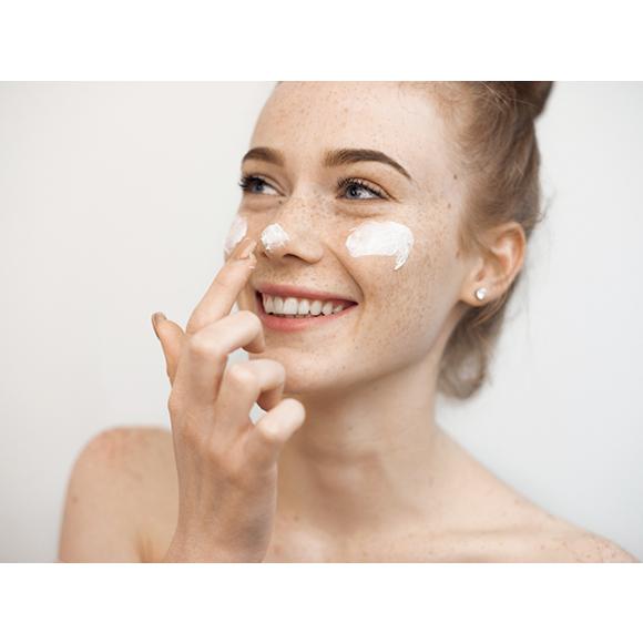 reaktywna skóra twarzy a zubożały mikrobiom. Jak flora bakteryjna skóry wpływa na nadwrażliwość?