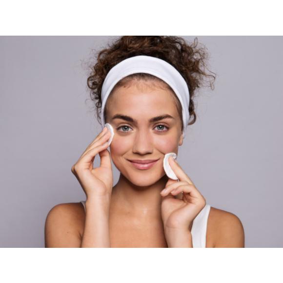 Kobieta w trakcie pielęgnacji twarzy