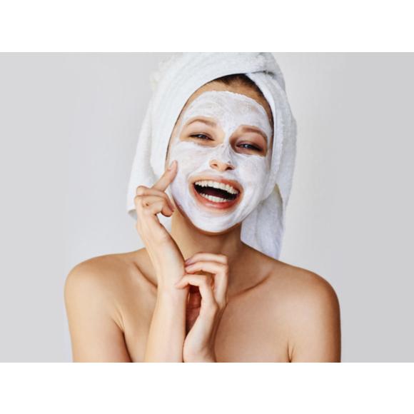 Kobieta nakładająca maseczkę na twarz