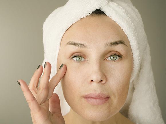 skóra sucha – czym się charakteryzuje i czego jej brakuje?