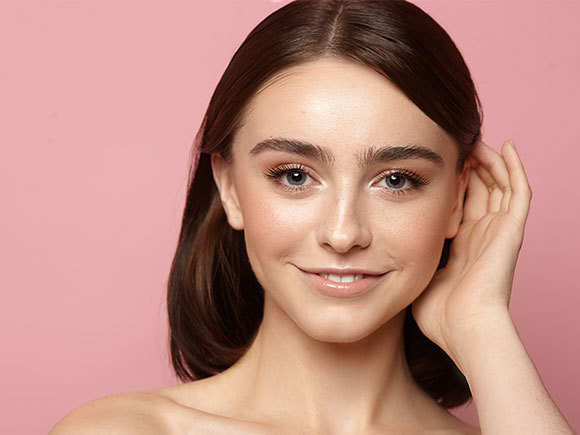 kobieta z matową skórą