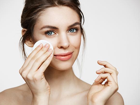 czy peeling niszczy mikrobiom? Jak w bezpieczny sposób dogłębnie oczyścić skórę?