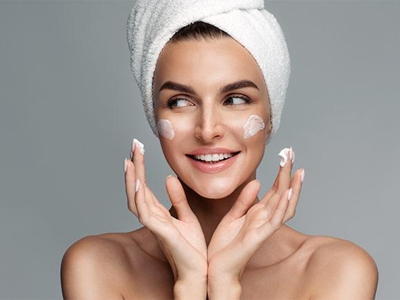 serum przeciwzmarszczkowe do twarzy: z witaminą C czy retinolem?
