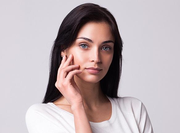 Kobieta z zadbaną skórą twarzy
