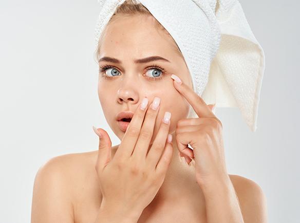 Kobieta z niedoskonałą skórą twarzy