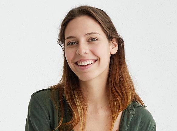Uśmiechnięta kobieta ze skórą wolną od zanieczyszczeń