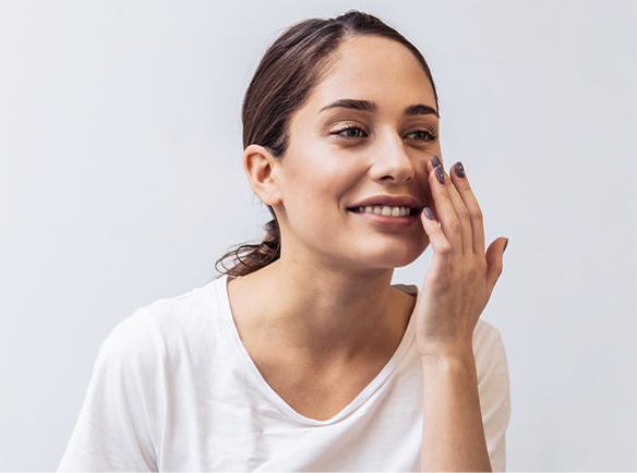 Kobieta przygotowująca skórę pod makijaż