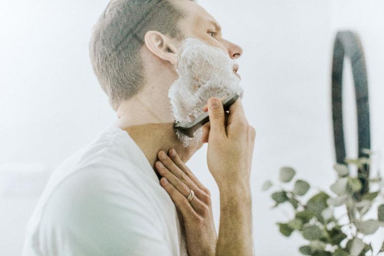 Mężczyzna golący zarost